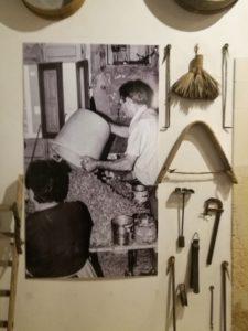 attrezzi di lavoro al museo della mandorla