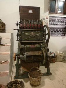 una vecchia sgusciatrice al museo della mandorla